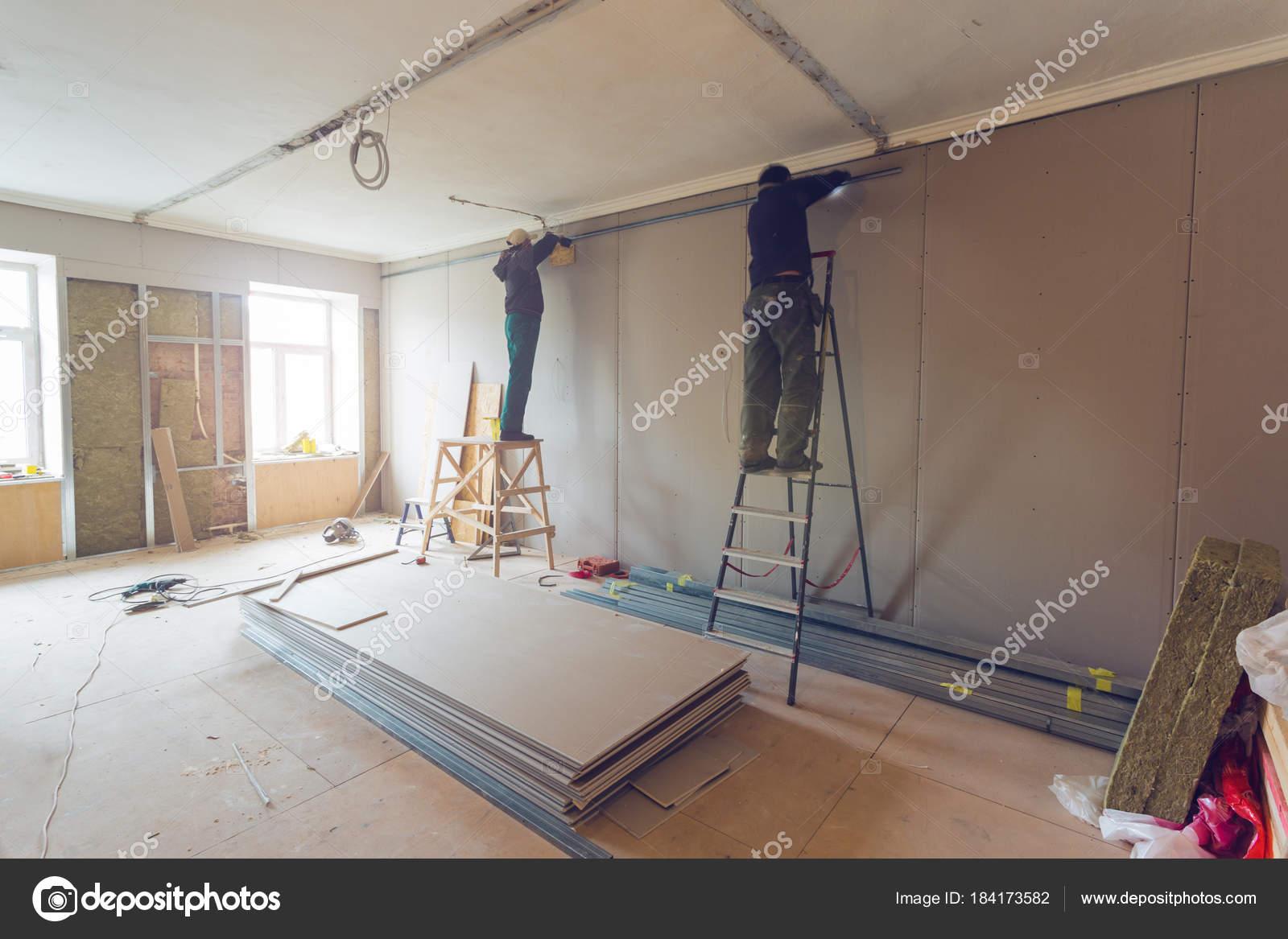 Los Trabajadores Instalar Placas Yeso Drywall Para Paredes Yeso Apartamento  U2014 Foto De Stock