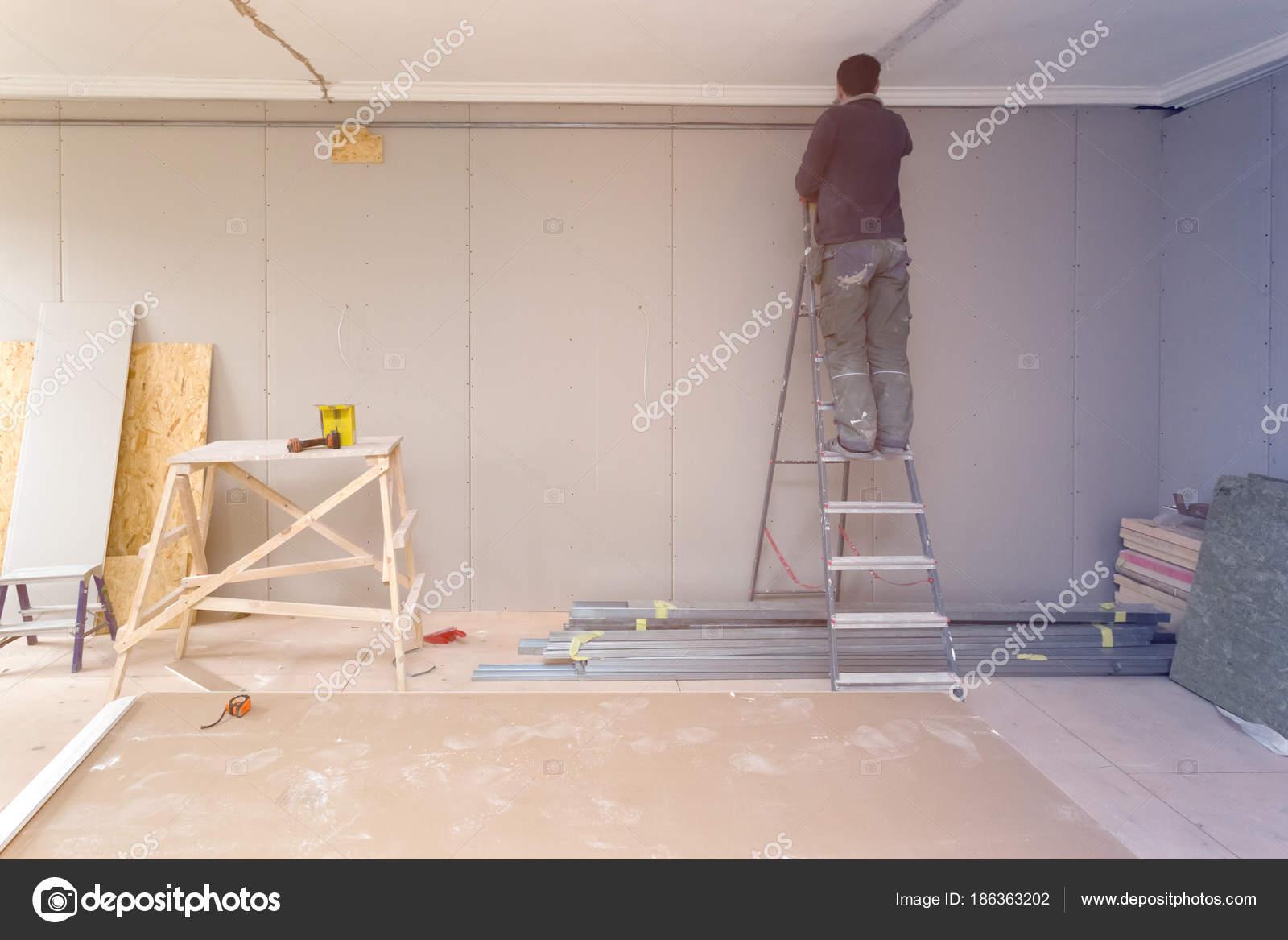 Arbeitnehmer Arbeitet Von Der Leiter Und Installation Von ...