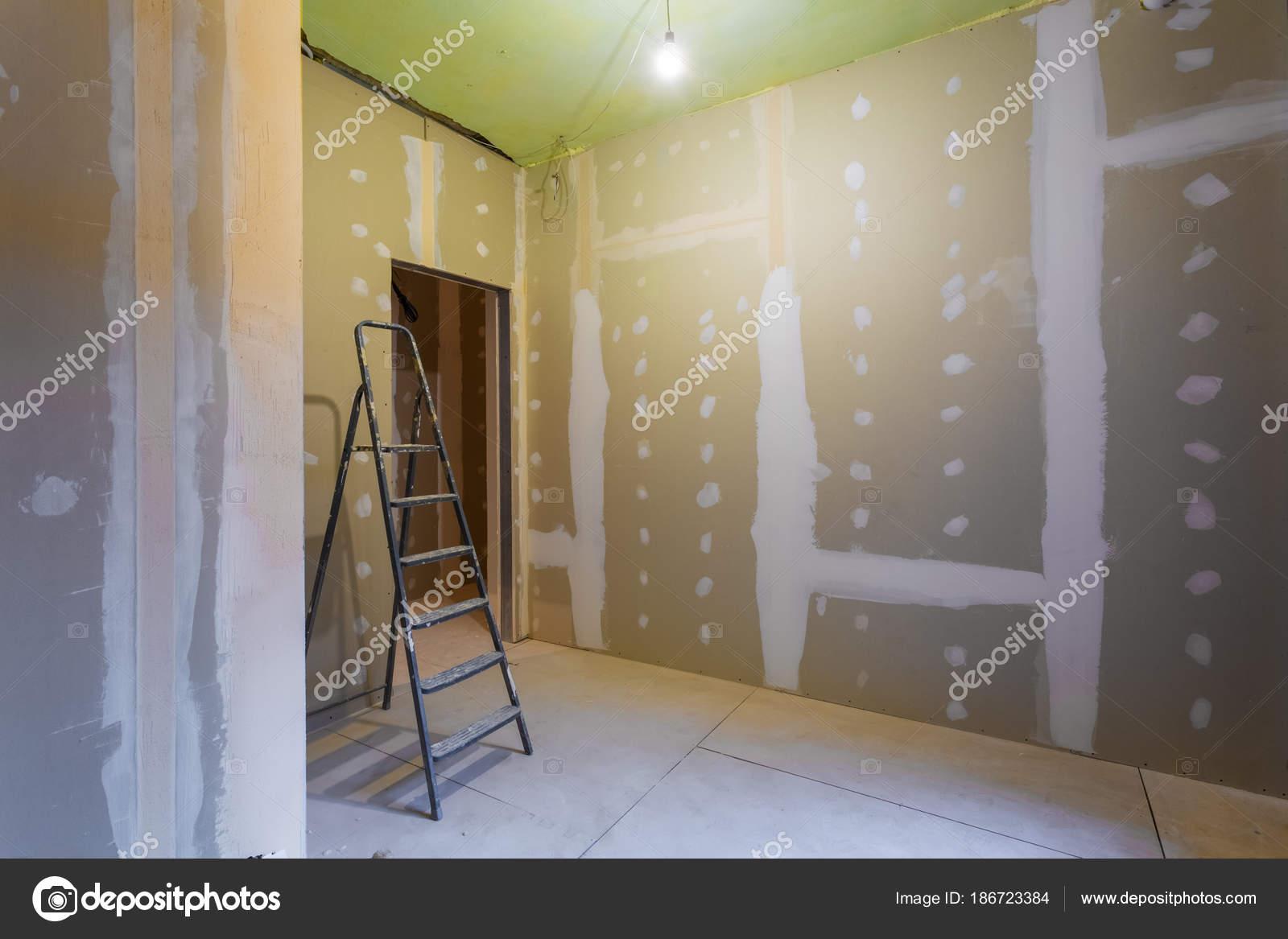 Escalera Y Sala Interior Con Yeso Placas De Yeso Para Paredes De Yeso  Prepararon Para Pintura