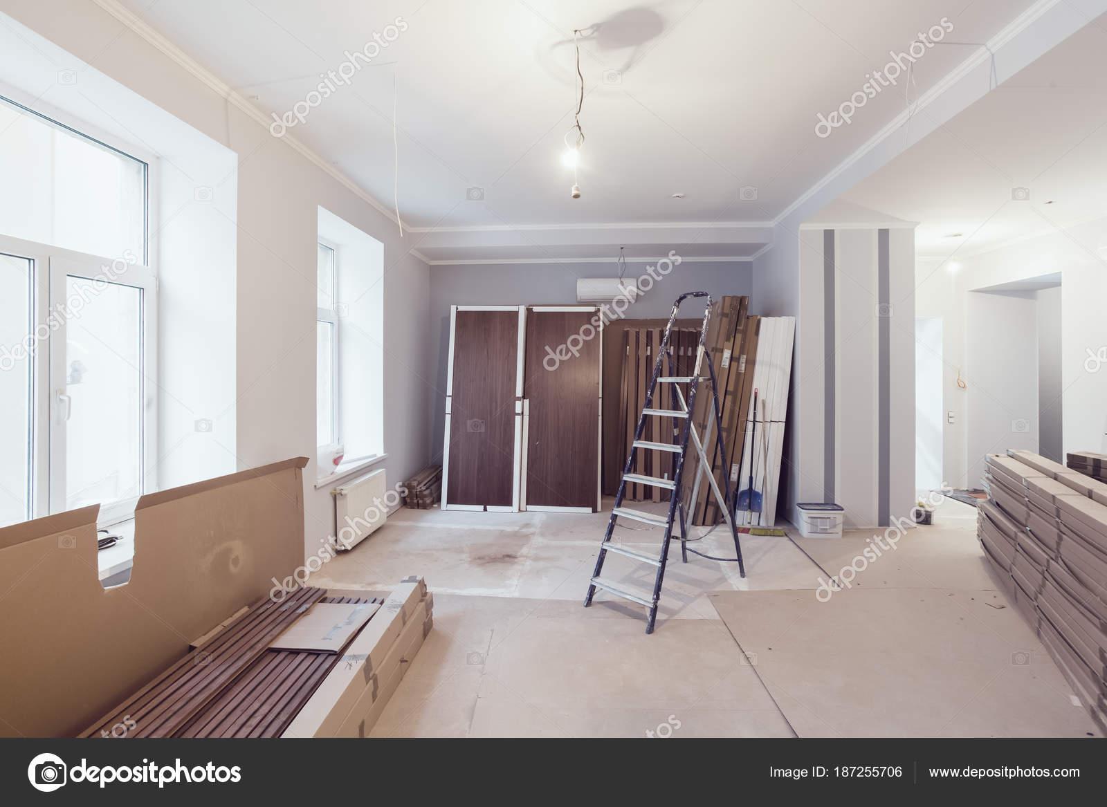 Interior del apartamento durante la construcción, remodelación ...