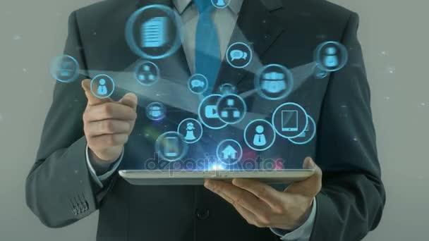 Obchodní muž směřující na web vývoj konceptu tabletu pad
