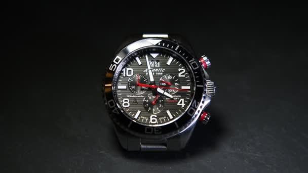 Szentpétervár, Oroszország - január 24, 2020: Férfi fém kvarc óra kronográffal Atlantic Worldmaster Diver, közelkép