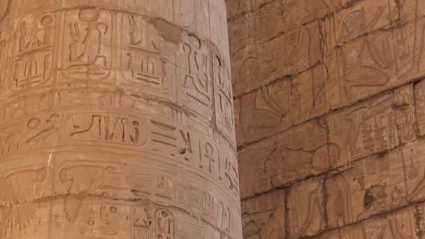 Detail kamenných sloupce s úlevou carving v starověké egyptské chrámového komplexu, se nachází na východním břehu řeky Nil.