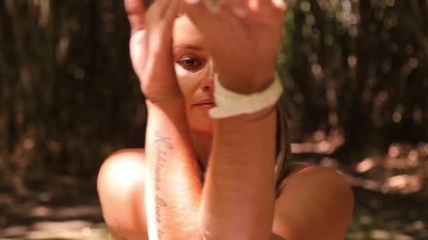 lány és a jóga, a vízesés és a bambusz erdőben