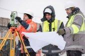 Stavební inženýři na staveništi v zimě