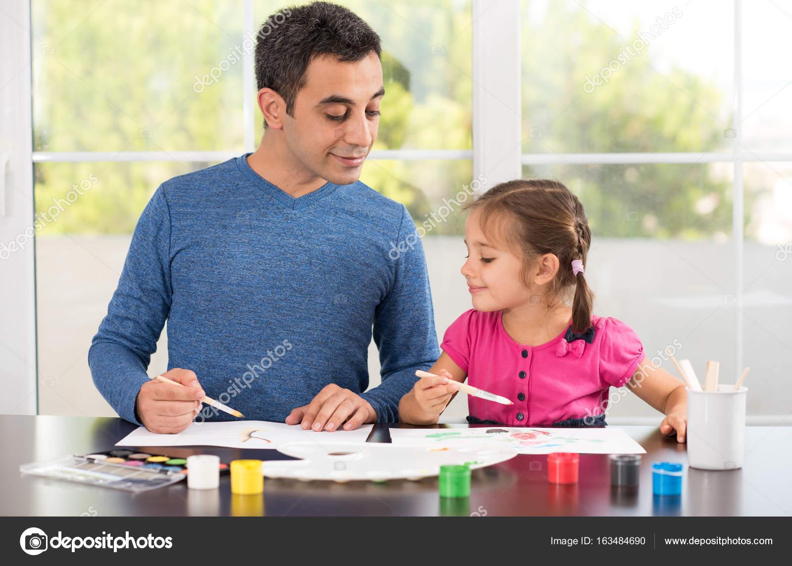 Kleine Mädchen und Vater Bilder malen zusammen — Stockfoto ...