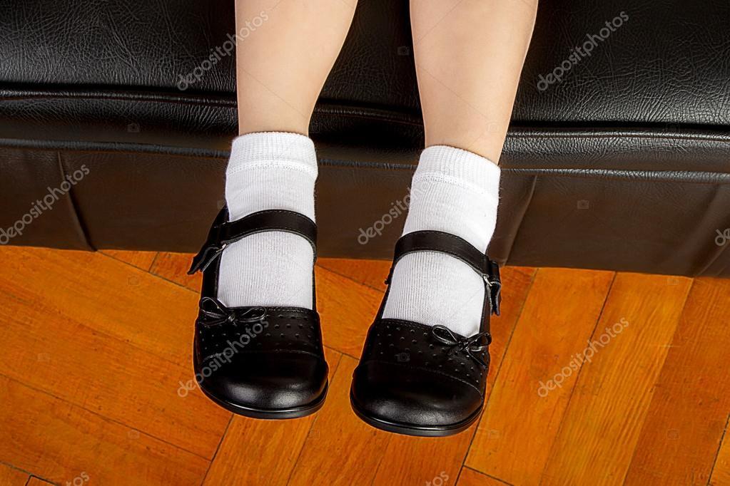 944493d3ef4a6 Joven estudiante chica vestida con zapatos negros y calcetines blancos de  la escuela — Foto de