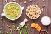 Fotografie Grüne Erbsen Suppe im Teller mit Zwieback