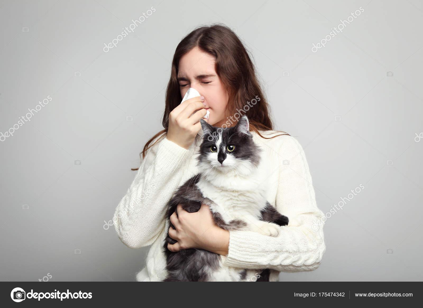 Giovane Donna Con Gatto Della Holding Della Allergia Sfondo Grigio