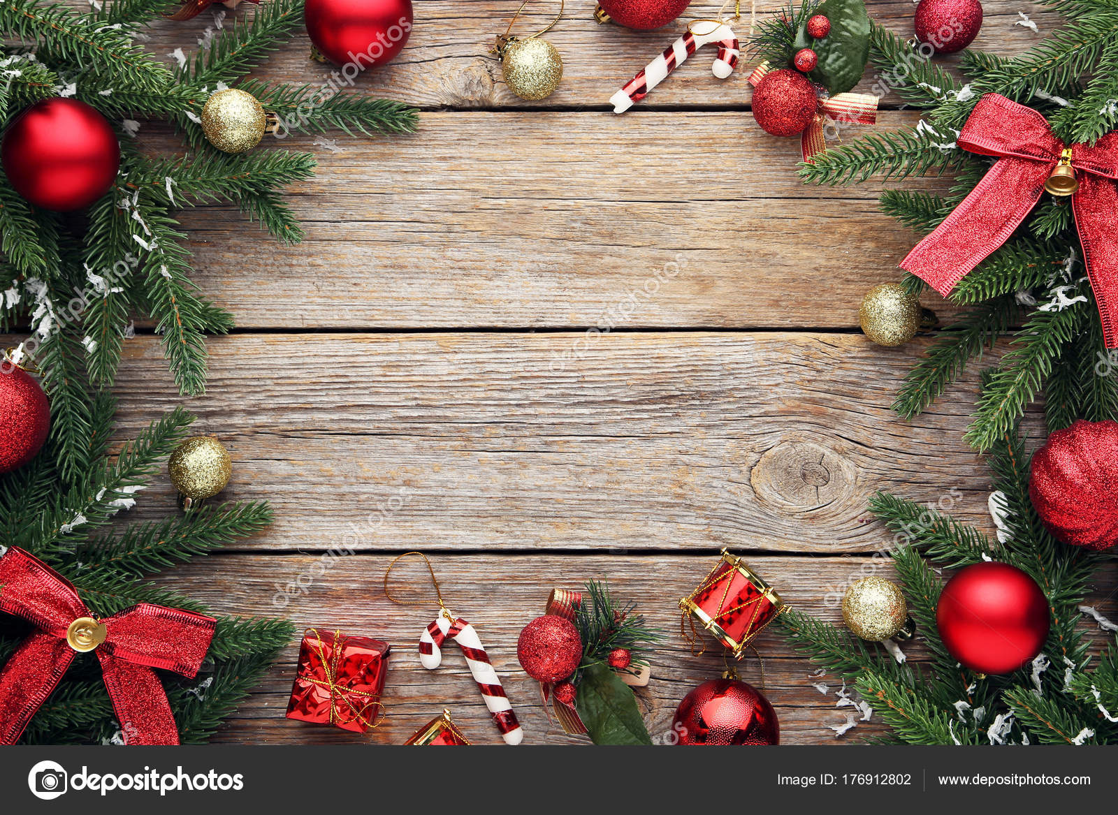 Ramas Abeto Con Adornos Navidad Mesa Madera Fotos De Stock - Adronos-de-navidad