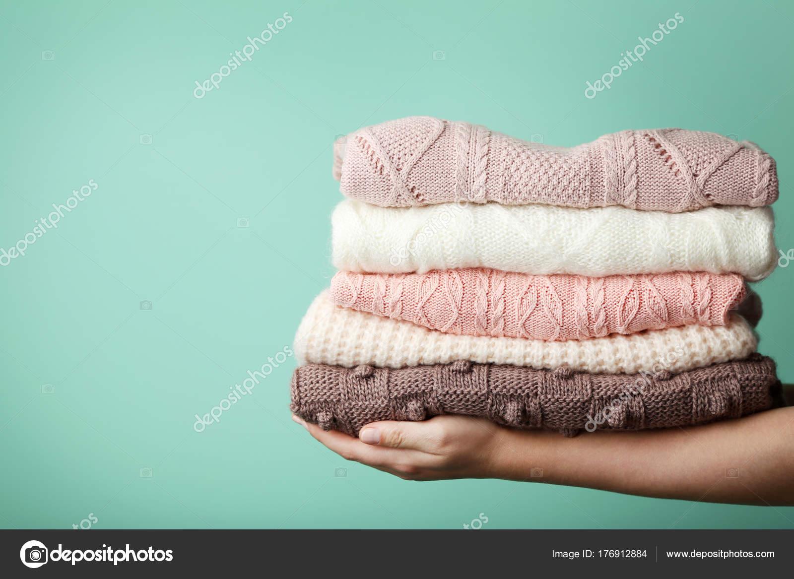 2ae7afd3998a Γυναικεία Χέρια Που Κρατούν Στοίβα Από Πλεκτό Πουλόβερ — Φωτογραφία ...