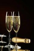 Champagnerflasche mit Gläsern