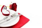 Fotografie Küche Besteck mit silbernen Ring und rote Rose auf weißem Hintergrund