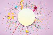 Színes lapos kompozíció különböző party tételek lila