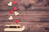Valentýnské srdce s dřevěnými sáněmi na hnědém stole