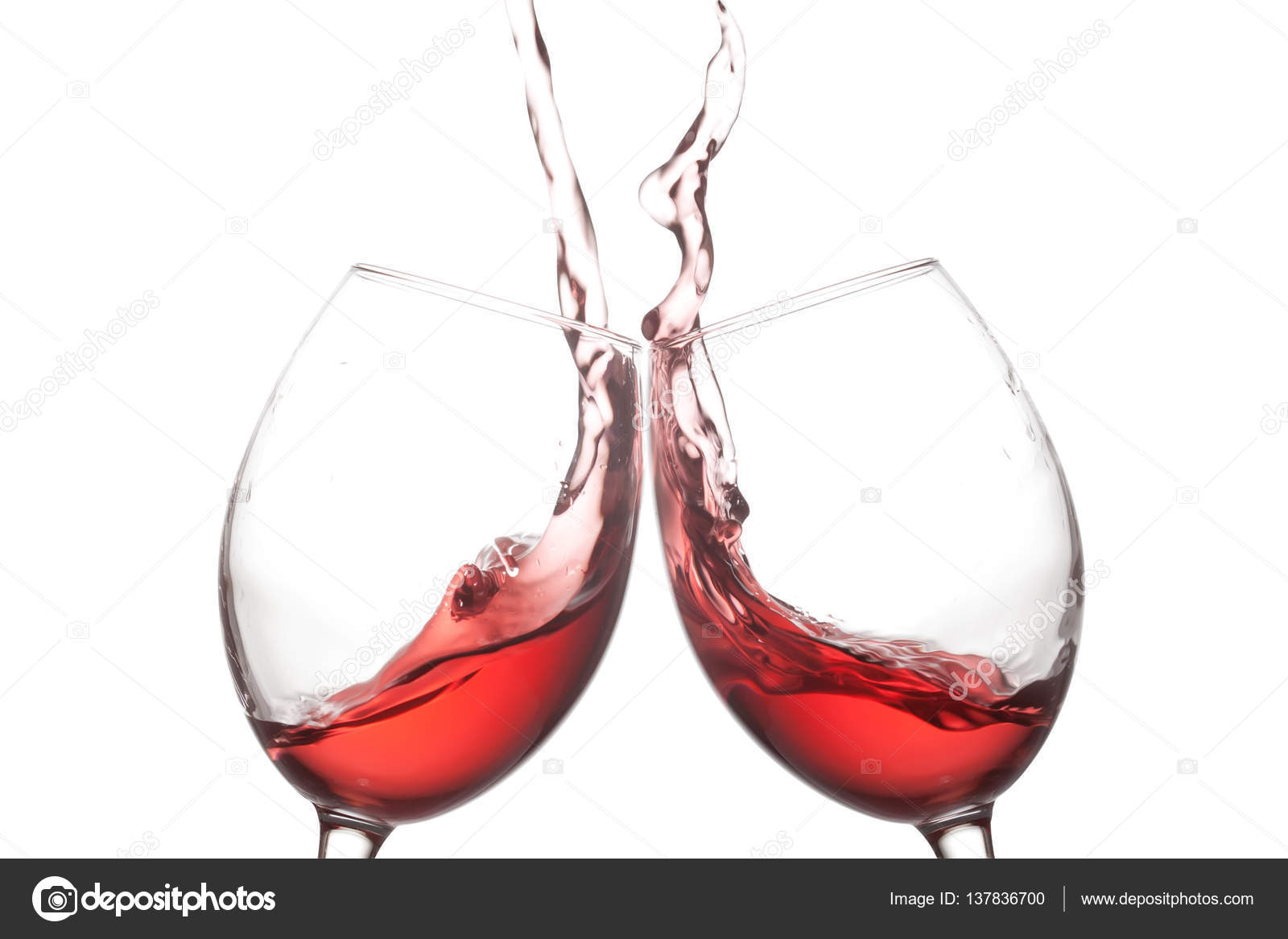 Dos copas de vino rojo y acción salpicaduras sobre fondo blanco. Concepto de celebración de alegría. Foto de vista macro —  Fotos de Stock