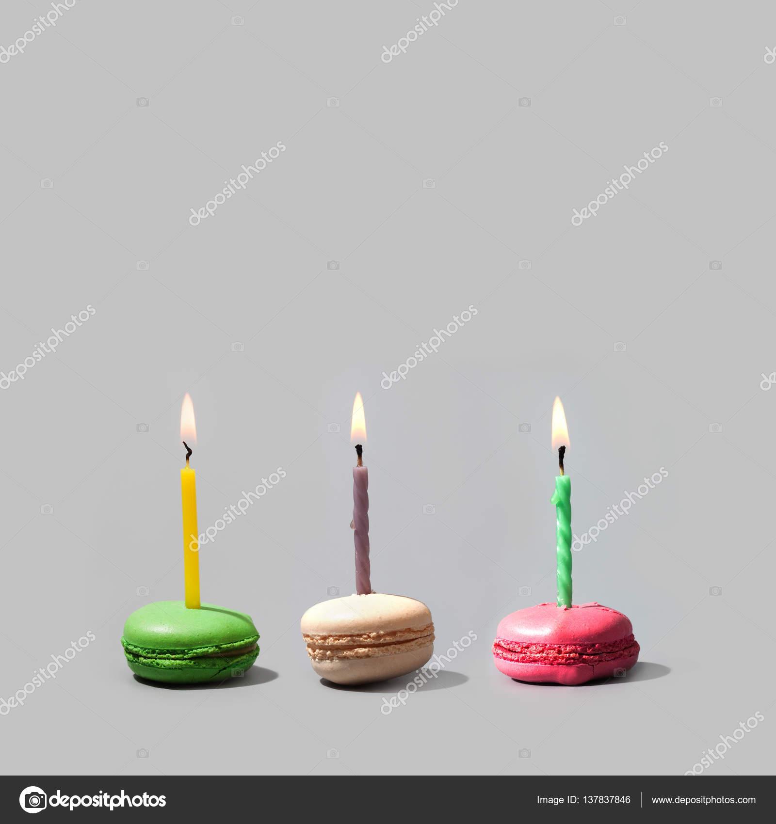 Macarrones de cumpleaños con velas de llamas multicolores ...
