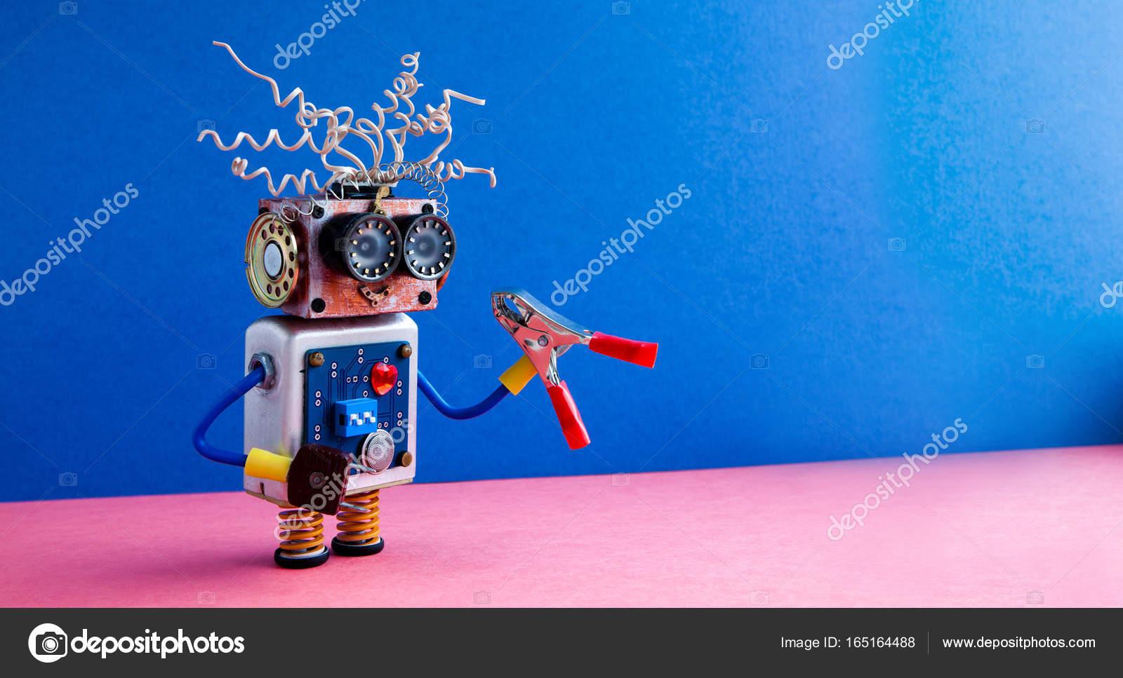 c0835429fc8c57 Cyborg jouet drôle électrique fils de grosses lunettes, coiffure, coeur  rouge, corps de circuit électronique. Bleu fond rose. espace copie — Image  de ...