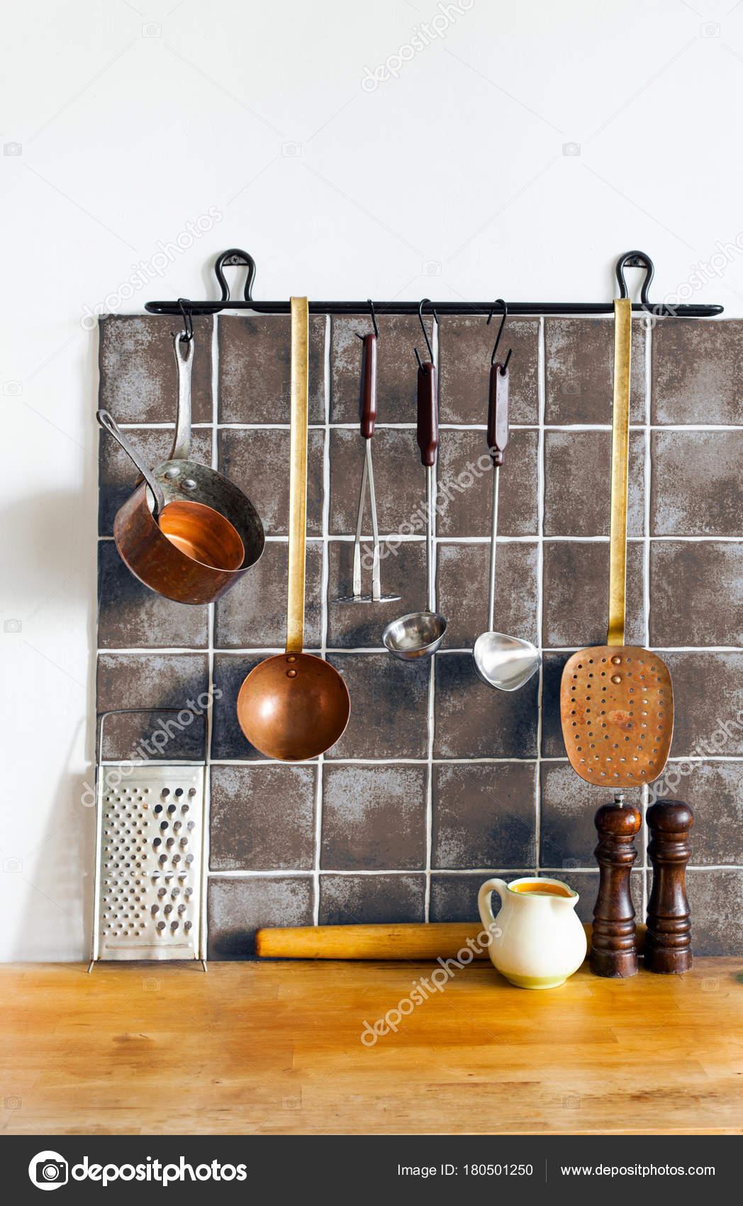 Interni: cucina retrò still life. Utensili di ottone, accessori da ...