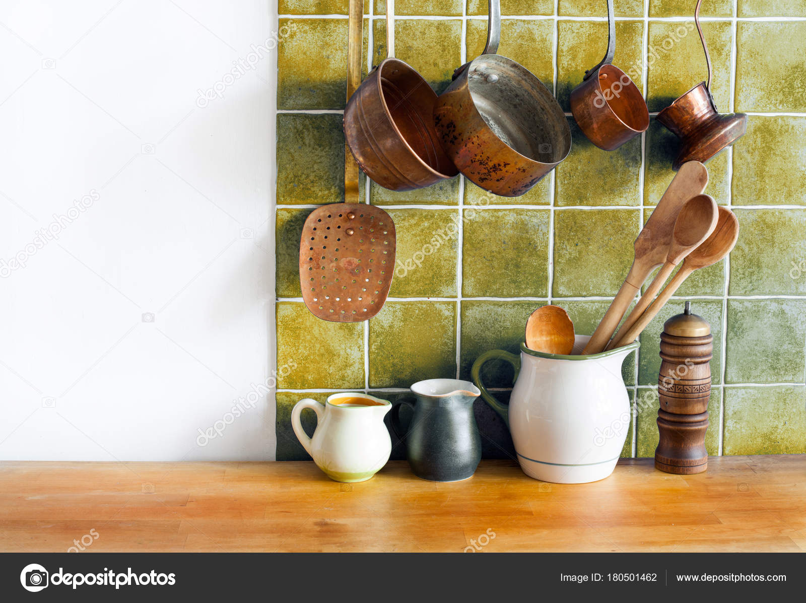 Interior de cocina retro Bodegón. Utensilios de latón, accesorios de ...