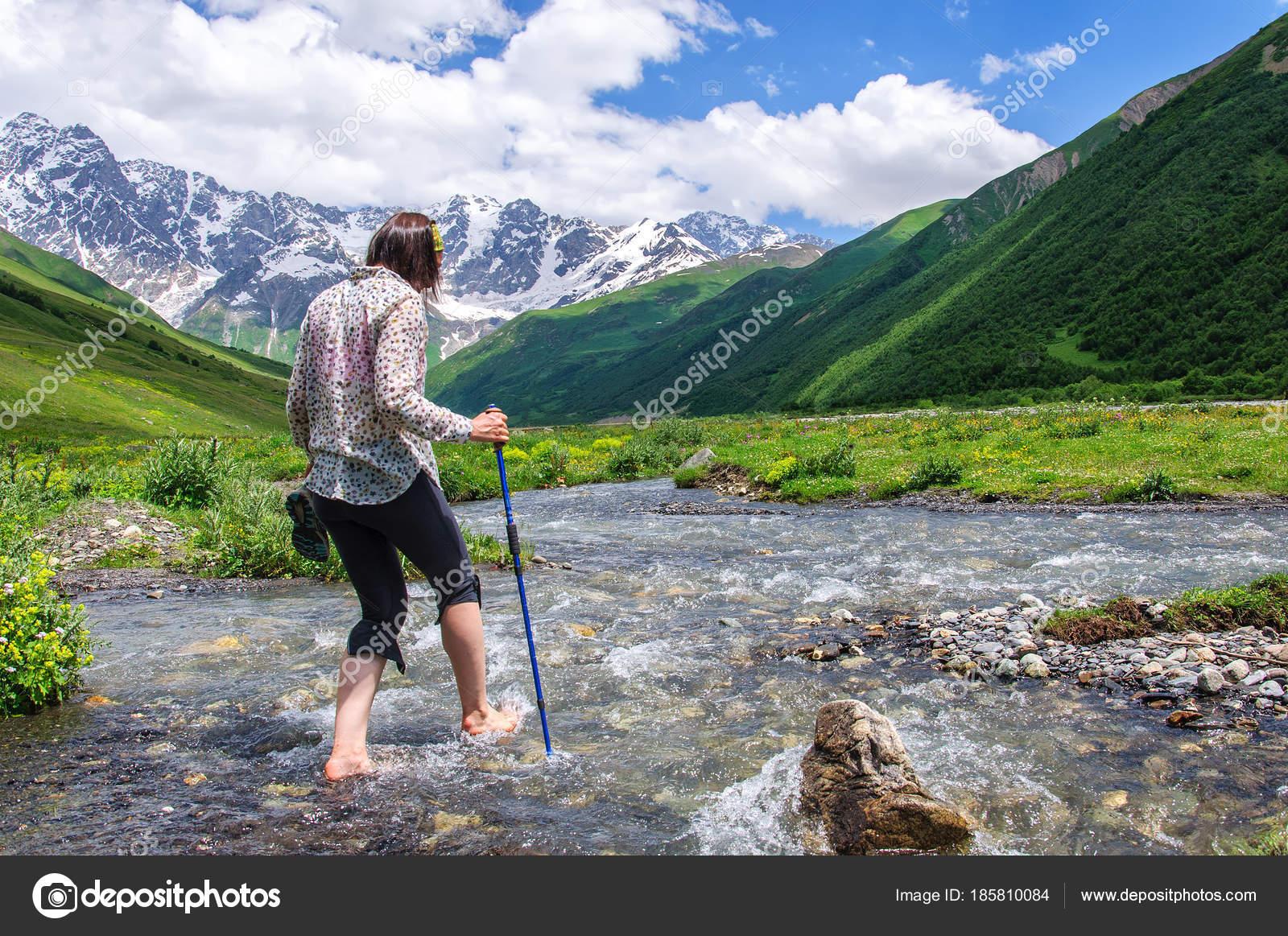 Fiume di montagna di attraversamento di giovane ragazza a for Piani domestici di 2000 piedi quadrati