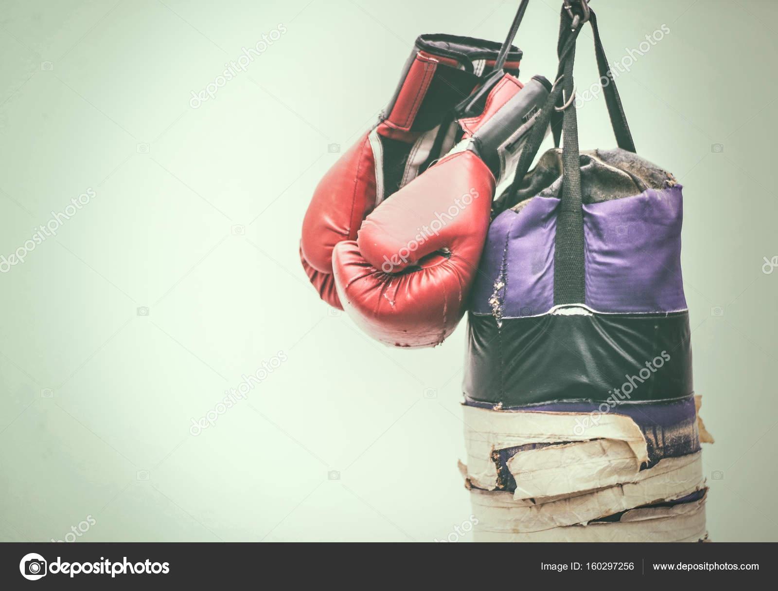 9684c769b Velho saco de pancadas e luvas de boxe — Stock Photo © bernardojbp ...