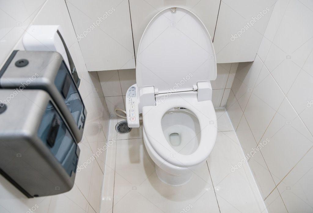 toilette mit elektronischen sitz automatische sp lung stockfoto sirayot12345 128112556. Black Bedroom Furniture Sets. Home Design Ideas