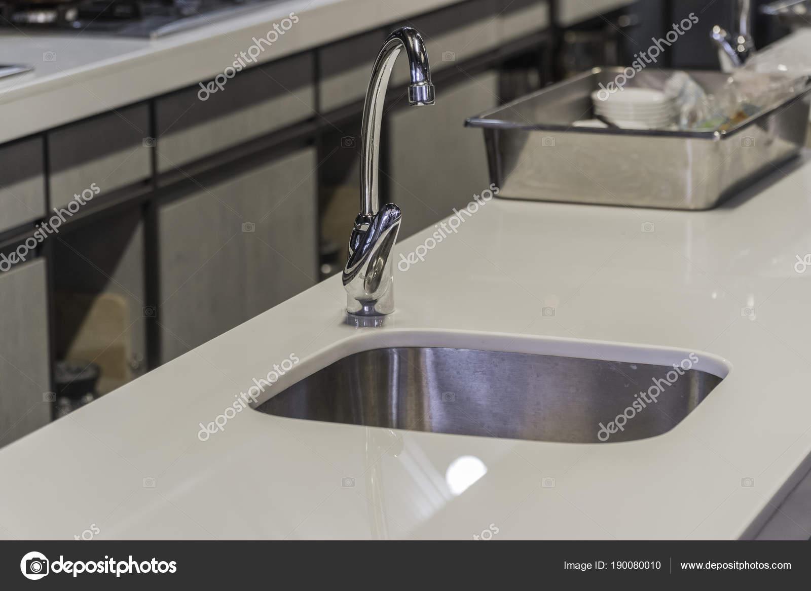 Cucina moderna rubinetto con luce Led — Foto Stock © sirayot12345 ...