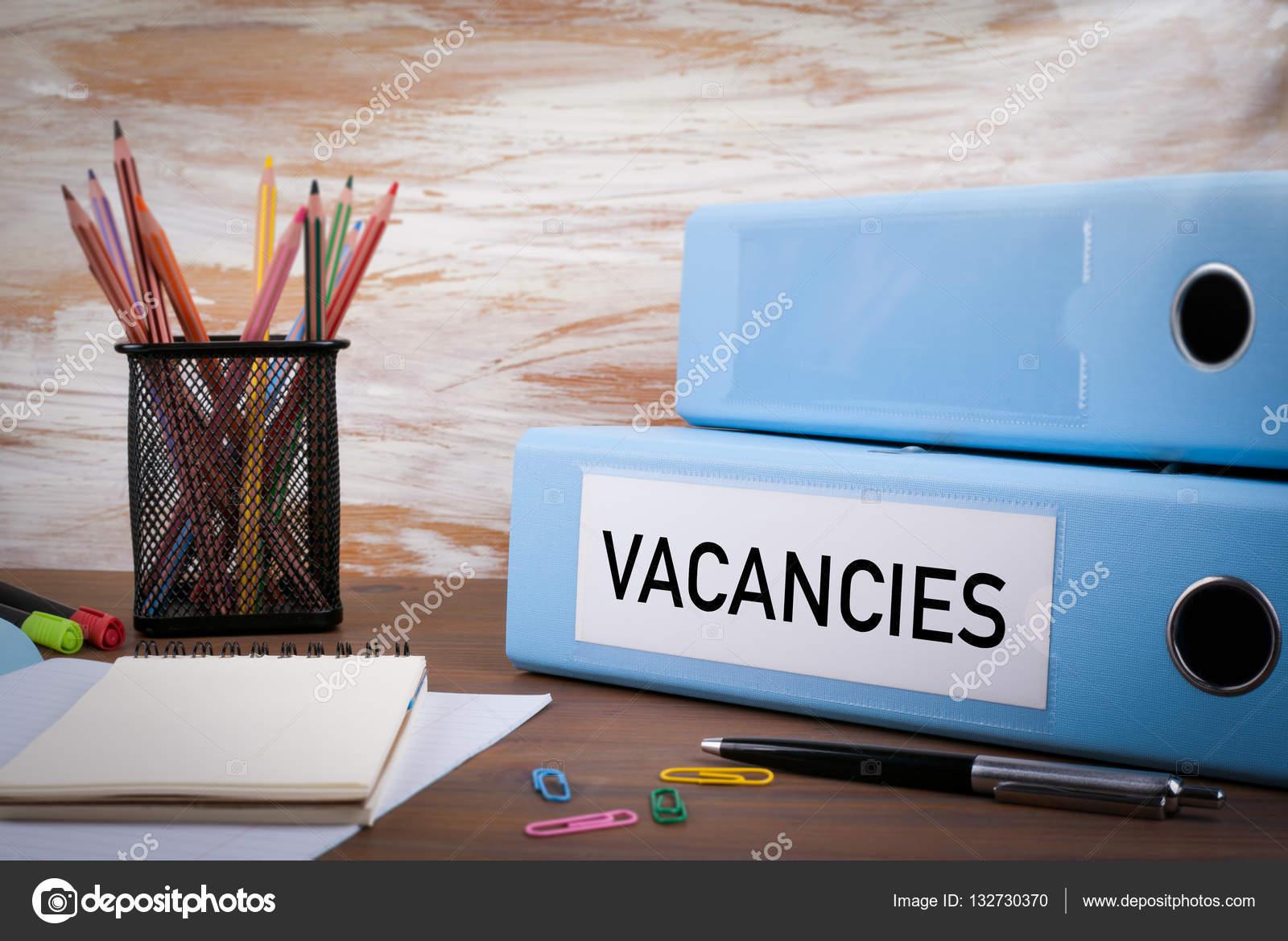 Offres d emploi office binder sur le bureau en bois sur la table