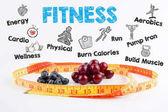 Fitness koncept. Třešně a višně, borůvky a Svinovací metr na bílém pozadí