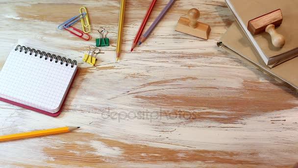 koncepce designu webu. Dřevěná písmena na kancelářský stůl