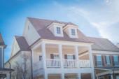 Fotografie Dvoupodlažní obytný dům ve stylu country s dormerovou střechou na předměstí Dallasu