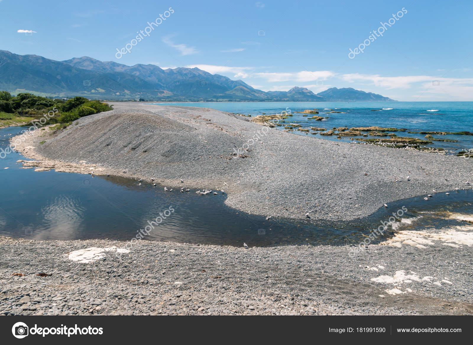 Kaikoura kustlijn met stroom kiezel strand zuid eiland nieuw