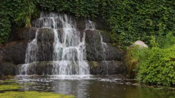 staré ozdobné umělý vodopád s třemi modulace