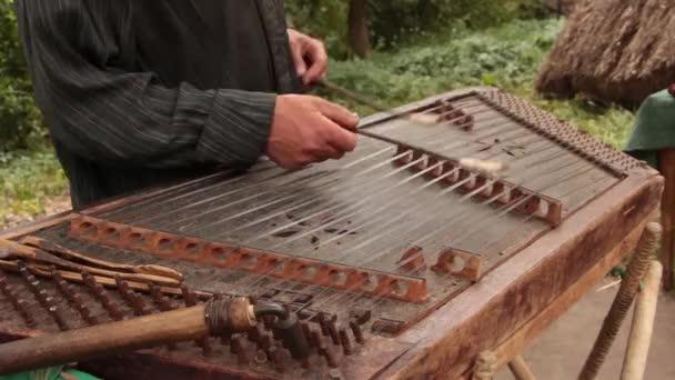 A cimbalom népi hangszer Európán játszik