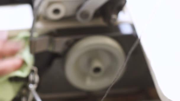 Setřete prach na šicí stroj