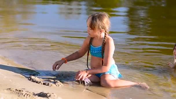 Mädchen baut die Sandburg