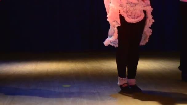 rytmicky tančit na podlaze