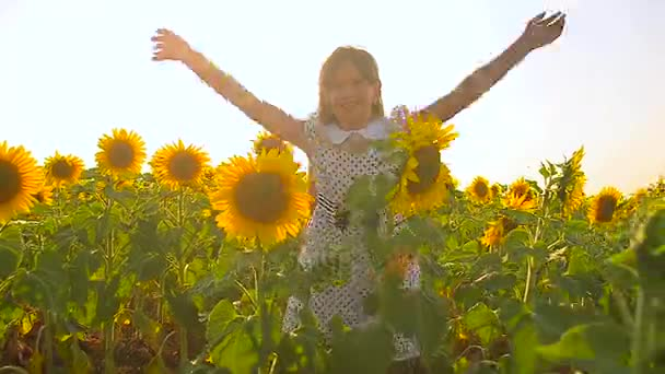 dospívající dívka hraje v oblasti zlaté slunečnice, šťastná dívka hraje na slunci v oblasti žluté květy.