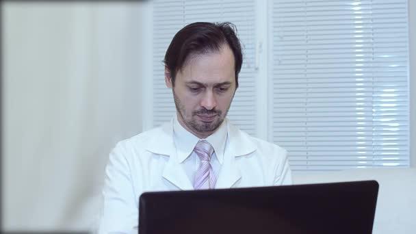 cravatta uomo un in sul ufficio e di computer opere in giacca bianco r8qTrwY