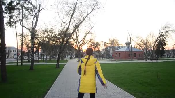 Teenie-Mädchen lernt im Frühjahr Rollschuhlaufen im Park
