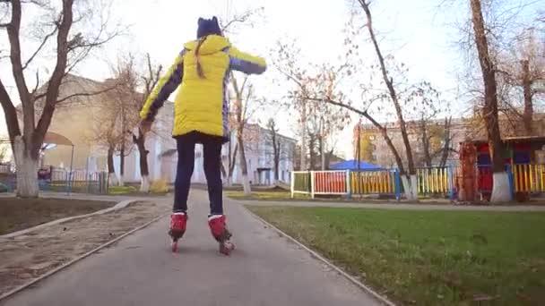 Teen Mädchen lernt Roller Skate Park im Frühjahr