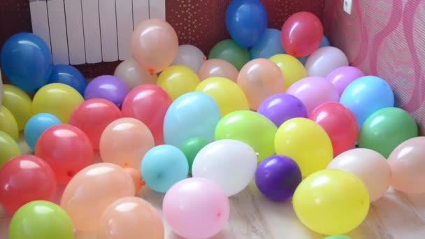 barevné bubliny v pokoji na podlaze