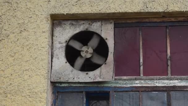 ventilátor forog a régi ablak, egy elhagyott épület