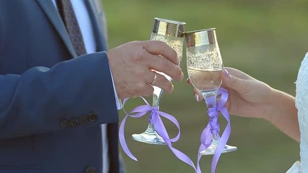 Glas Sekt in Händen von Männern und Frauen, sprudelt in Wein Oberfläche aus Glas