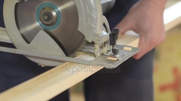 elektro pila řeže dřevěný vál, closeup