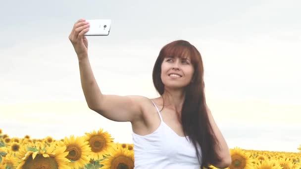 Donna Che Si Fotografa Telefono Foto Girl Su Uno Sfondo Di Girasoli