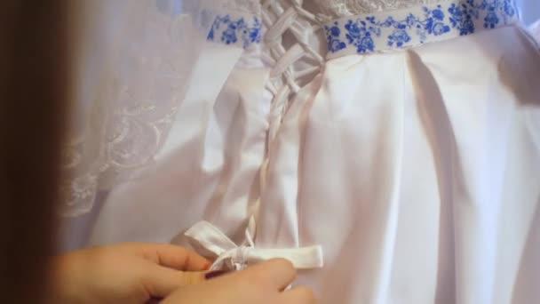 dívka šaty krásné bílé šaty, nevěsta klade na svatební šaty