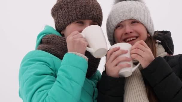 Krásné dívky pití kávy z bílého skla mluvit, smích a úsměv