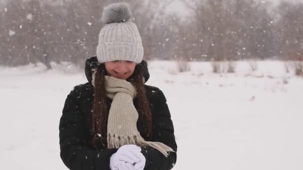 Krásná dívka, takže sněhová koule od bílé čistého sněhu, usmíval se a hodil ji vpřed.